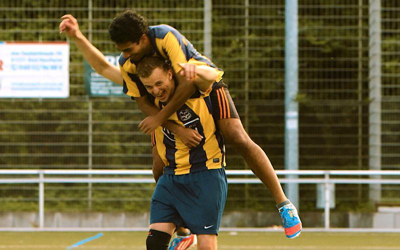 Dos futbolistas celebrando