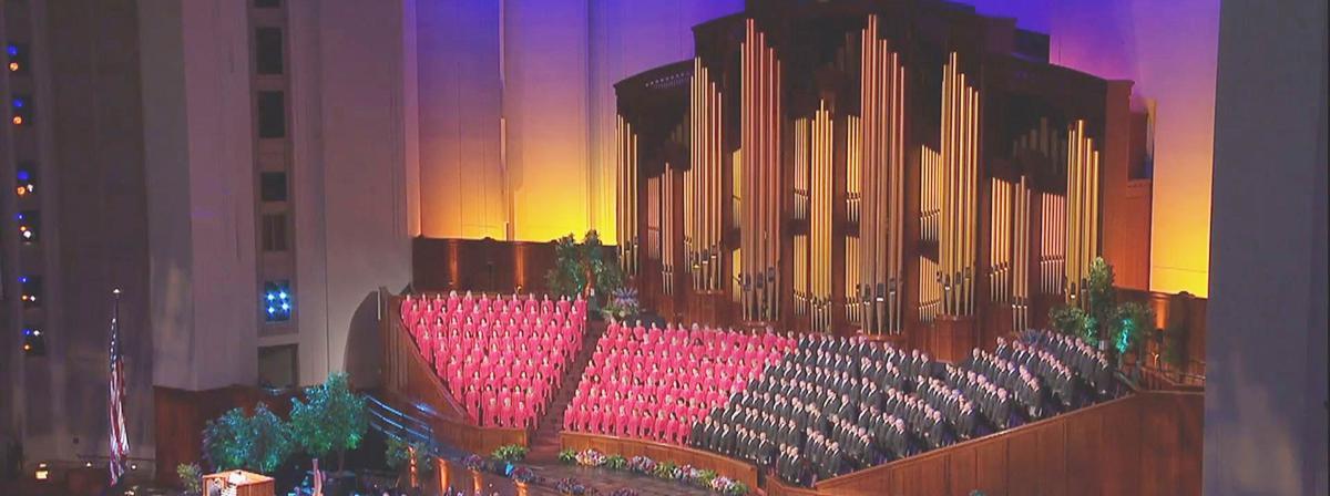 O Coro do Tabernáculo na Praça do Templo cantando no Centro de Conferências