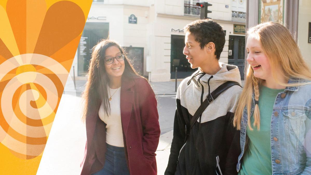 fiatalok beszélgetnek az utcán sétálás közben
