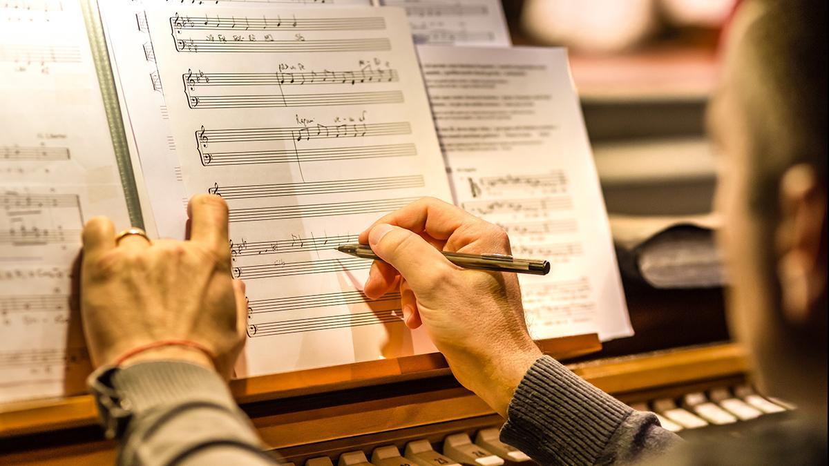 Organista repasando una partitura