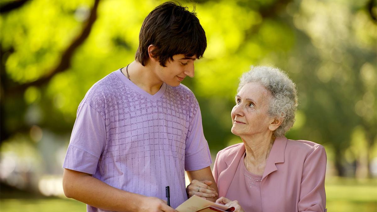 Ein junger Mann besucht eine ältere Dame