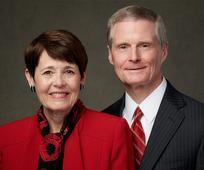 Elder David A. Bednar vom Kollegium der Zwölf Apostel und Sister Susan Bednar laden  junge Erwachsene am 12. September 2021 zu einem persönlichen Gespräch.