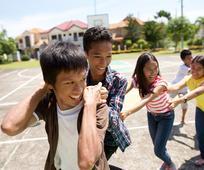 jóvenes divirtiéndose