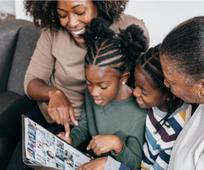 Egy család a Jóbarát magazint olvassa