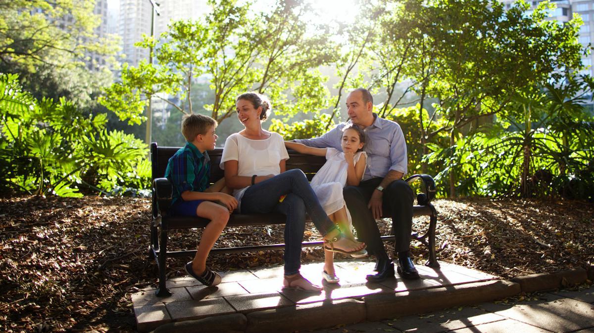 En familie på en bænk i en storby