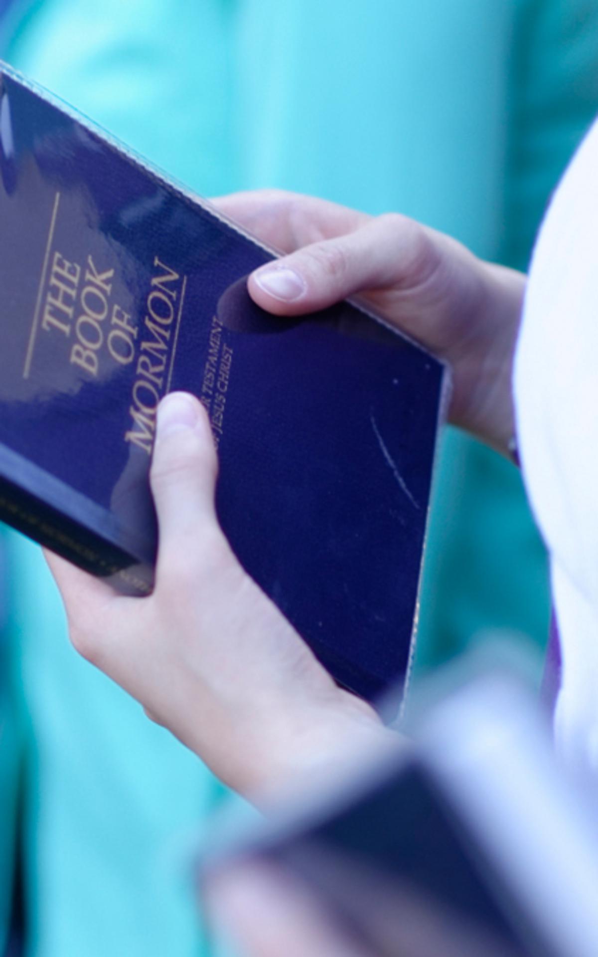 Das Buch Mormon ist heilige Schrift wie die Bibel.