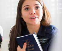 Rapariga com Livro de Mórmon