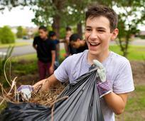 Både mormonmisjonærer og vanlige medlemmer av Kirken bruker mye av sin tid på å hjelpe andre ved kjærlig og kristen tjeneste.