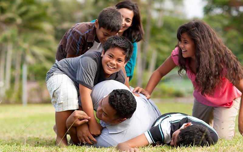 En familie som leker sammen