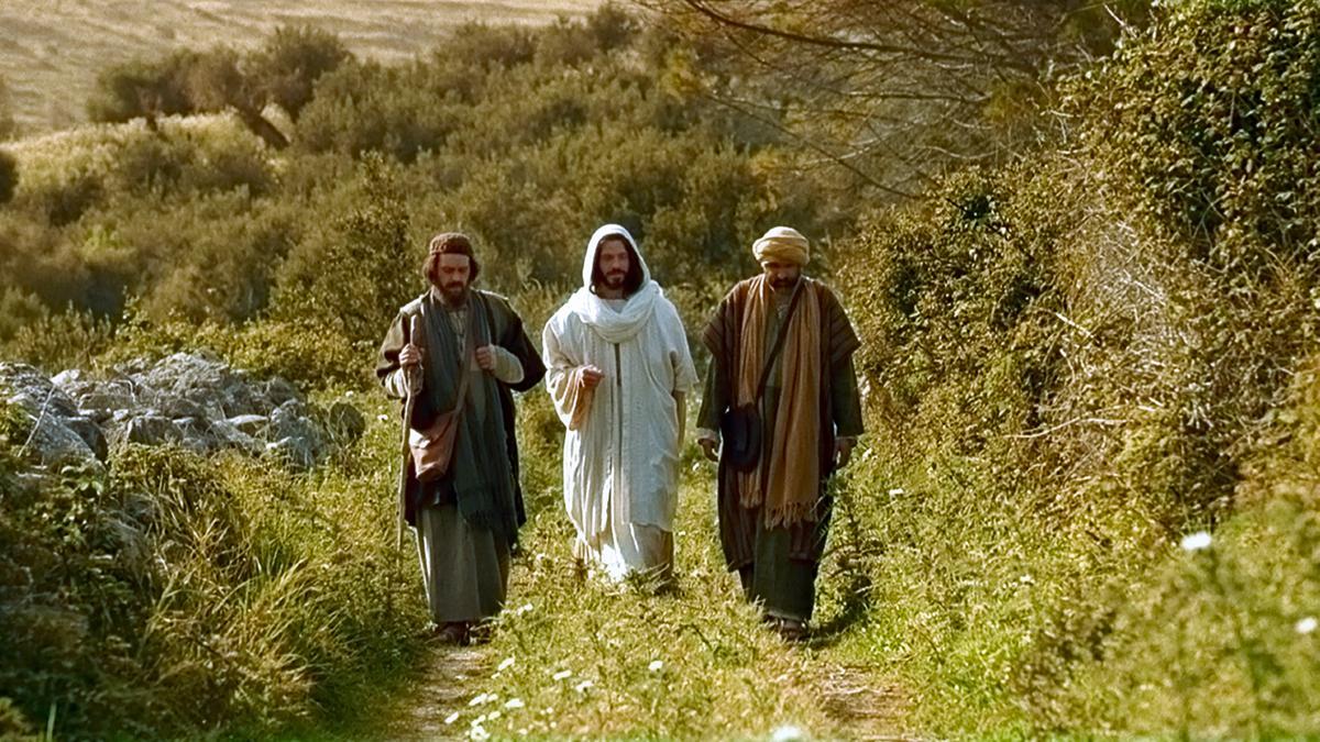 Der auferstandene Jesus begleitet seine Jünger nach Emmaus.