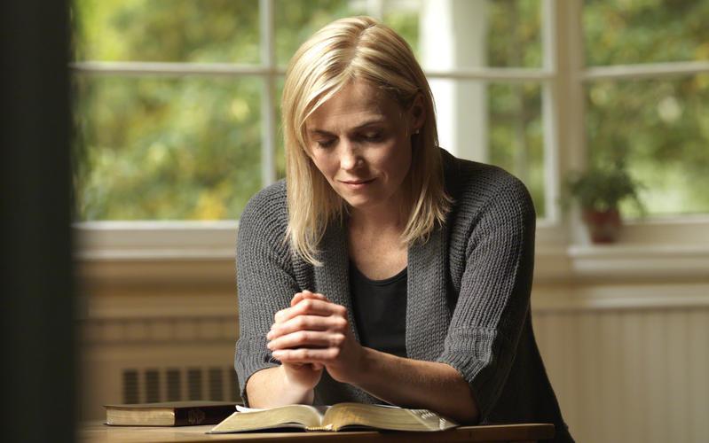 Eine junge Frau betet