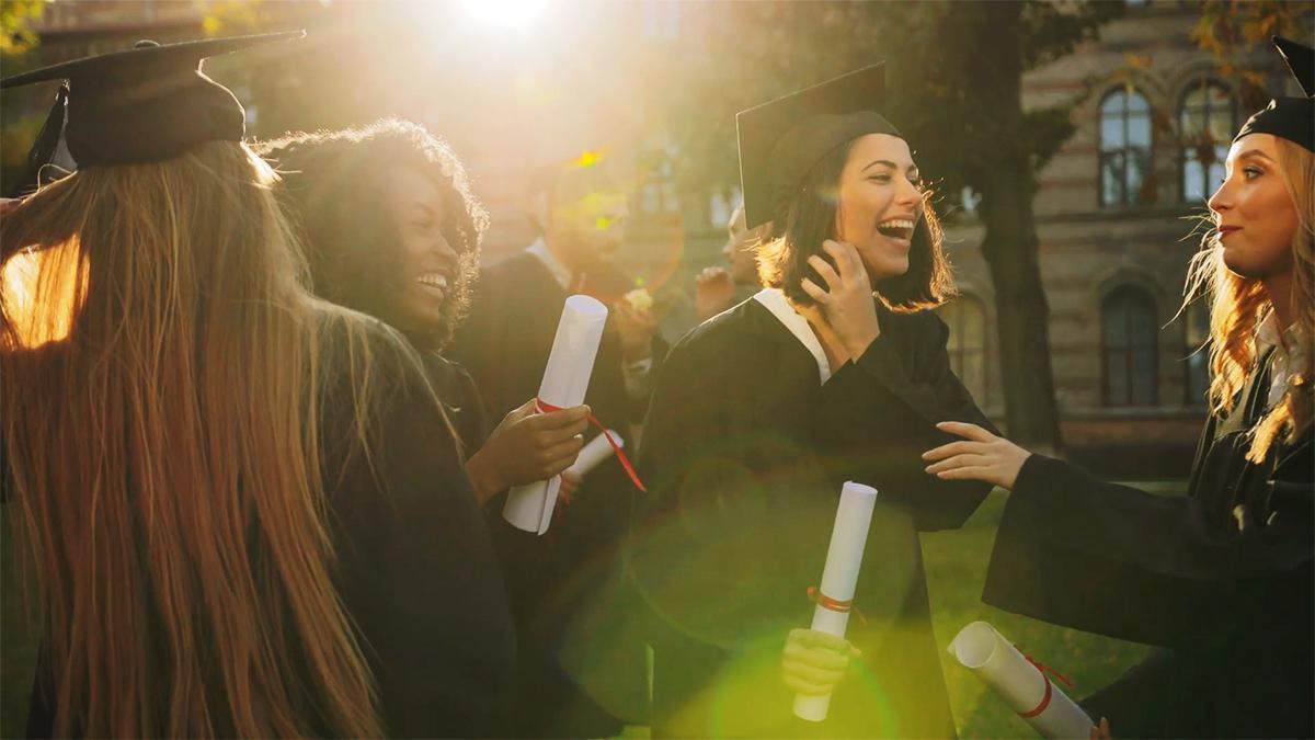 Eine Gruppe Studentinnen freut sich über ihren Abschluss