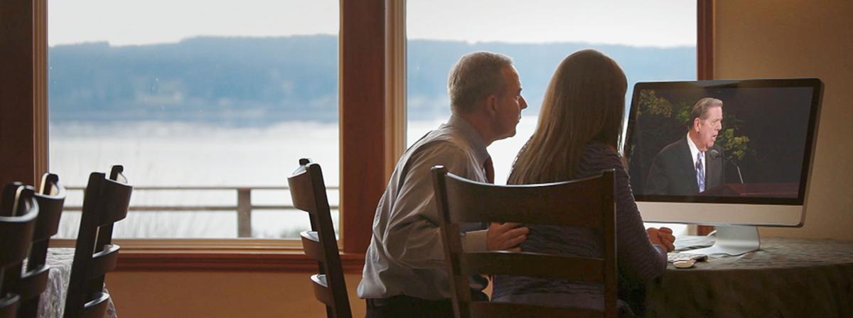Par gleda videoposnetek moškega, ki govori