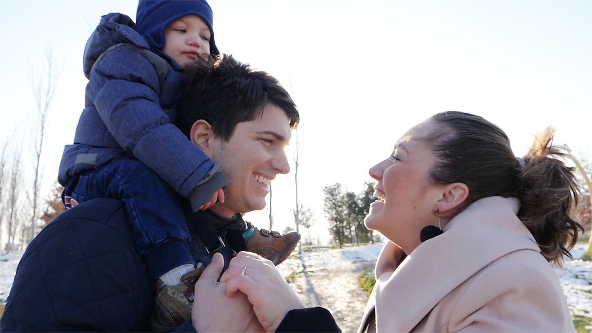 Uma família feliz e sorridente.