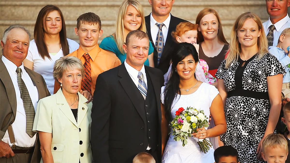 En lykkelig familie sammen i et bryllup.
