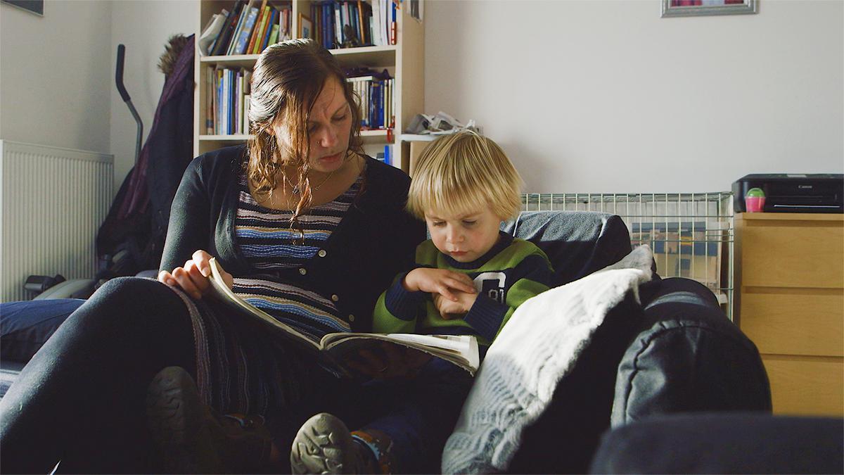 O tânără mamă învățându-și fiul.