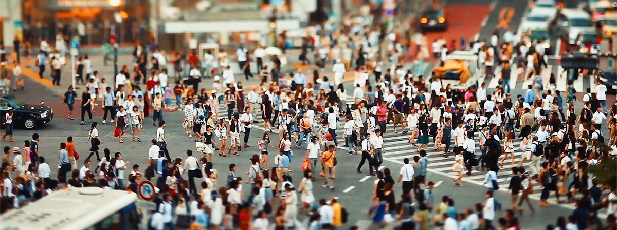 Хиљаде људи хода улицама
