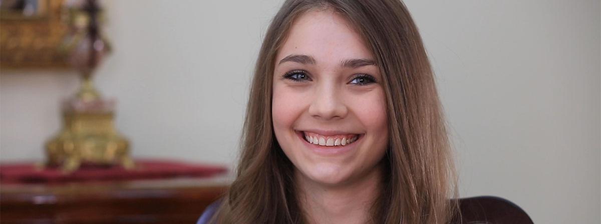 Eine junge Frau lächelt