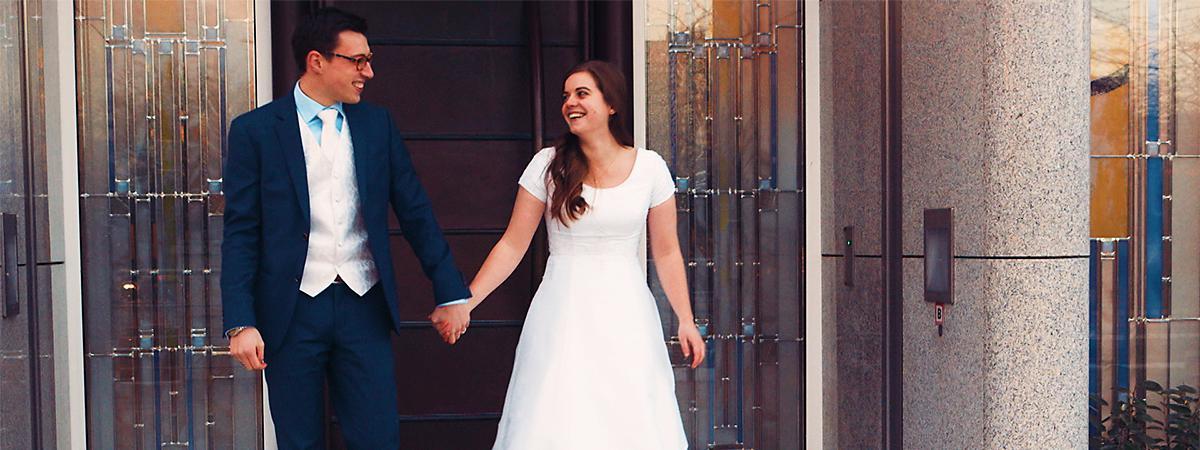 Ein Ehepaar verlässt nach der Eheschließung den Tempel.