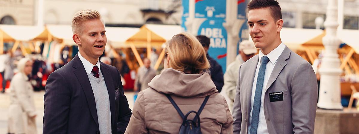 Двојица мисионара деле Јеванђеље на улици