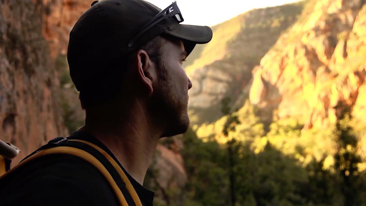 Muž se zamyšleně dívá do dálky