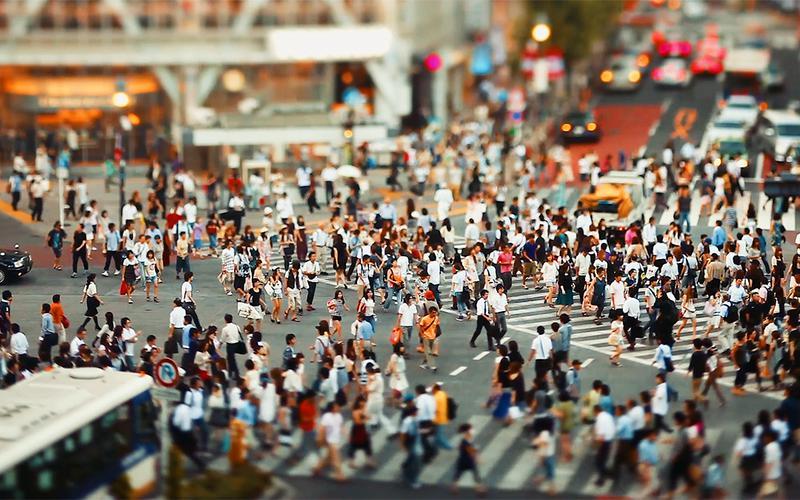 Hunderte Menschen laufen durch die Straßen.