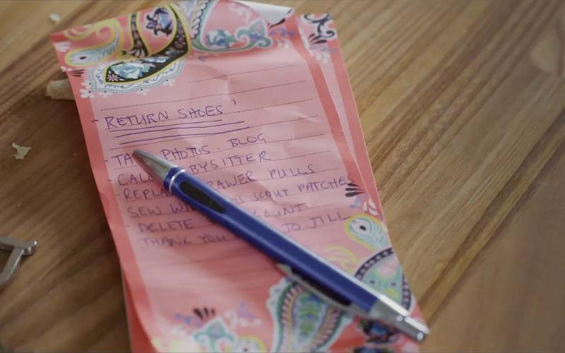Një listë kontrolli në një copë letre ngjyrë rozë