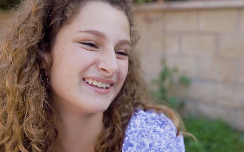 Nasmiješena djevojka.