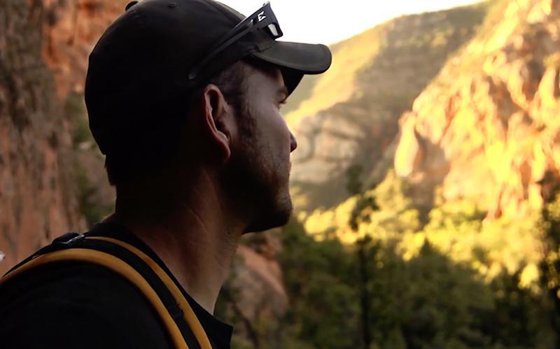 En man ser tankfullt mot horisonten
