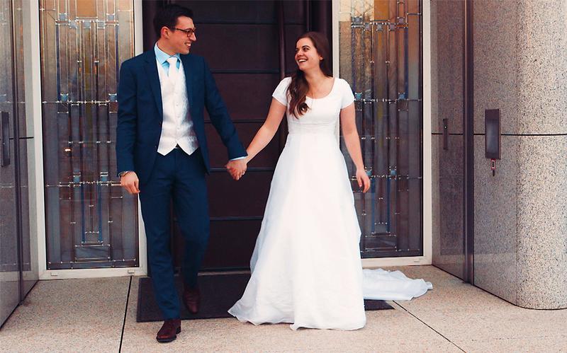 Un hombre y su esposa salen del templo después de contraer matrimonio.