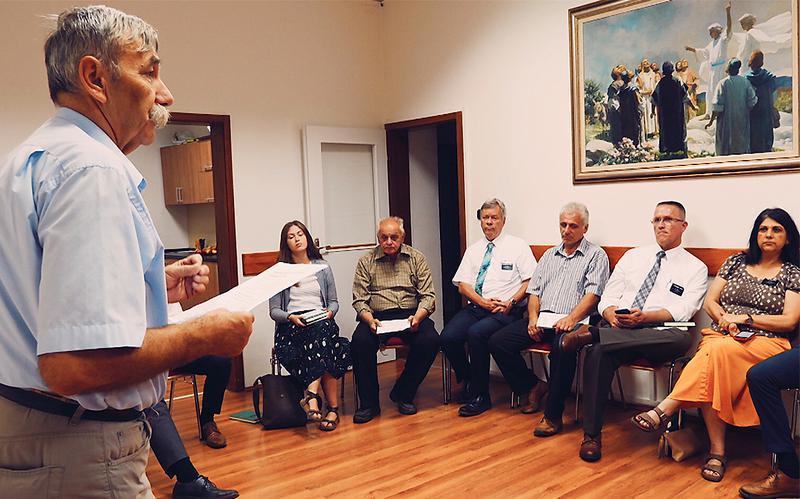 Un hombre comparte su testimonio en una clase del Evangelio.
