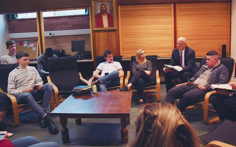 Studenti diskutují ve třídě institutu