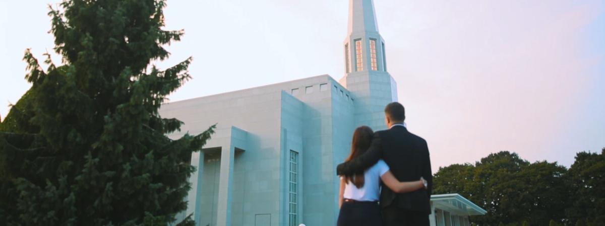 A templomra tekintő, összeölelkező fiatal pár