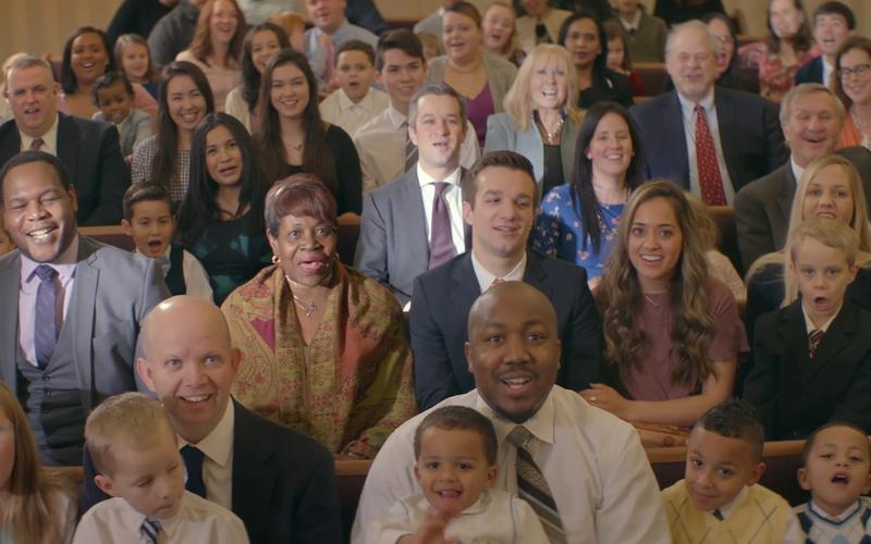 Zdjęcie dużej uśmiechniętej grupy na spotkaniu kościelnym
