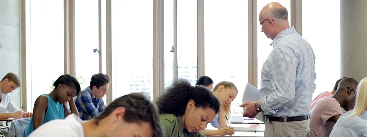 Un groupe d'étudiants pendant un examen.