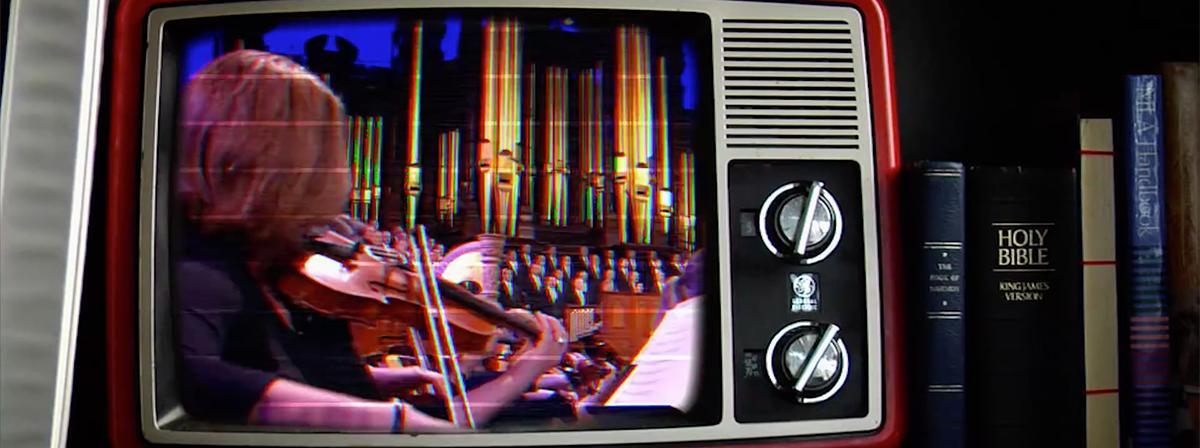 Tabernacle Choir and Orchestra at Temple Square sind auf dem Bildschirm eines alten Fernsehers zu sehen