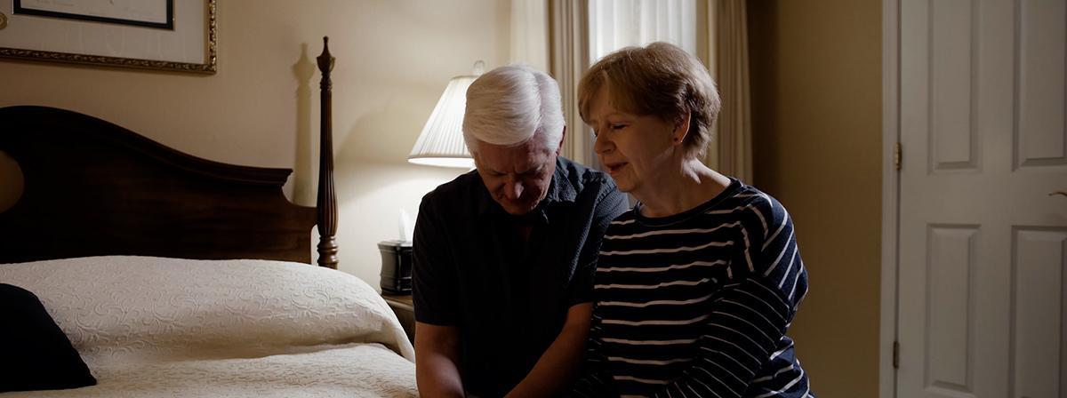 Ein Paar kniet im Gebet