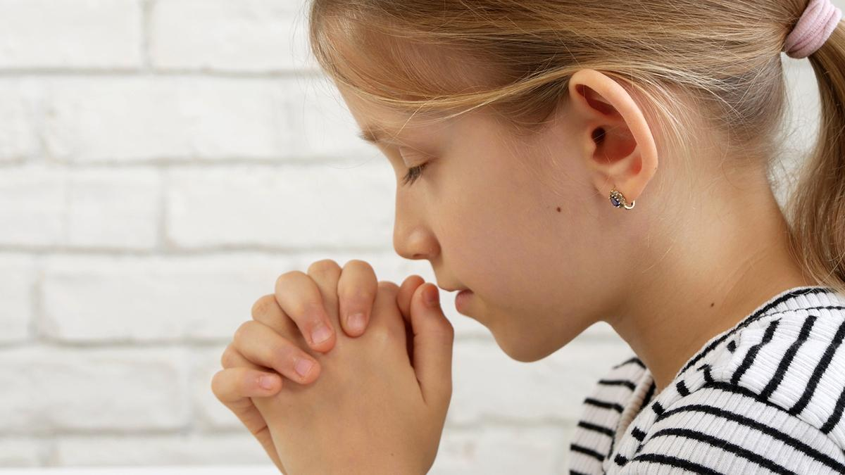 A young girl praying.