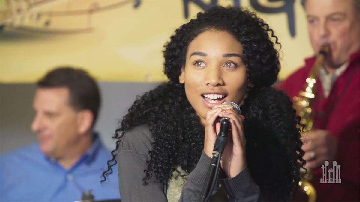 Eine Sängerin und weitere Musiker bieten ein Lied dar