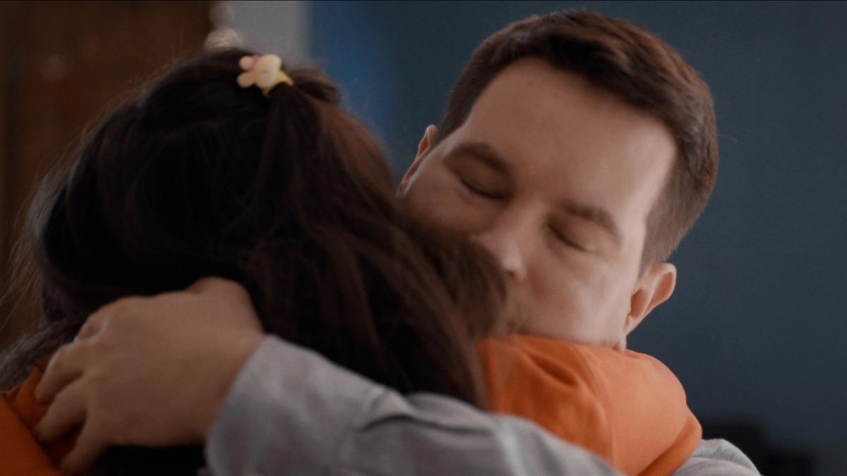 En pappa kramar sin dotter