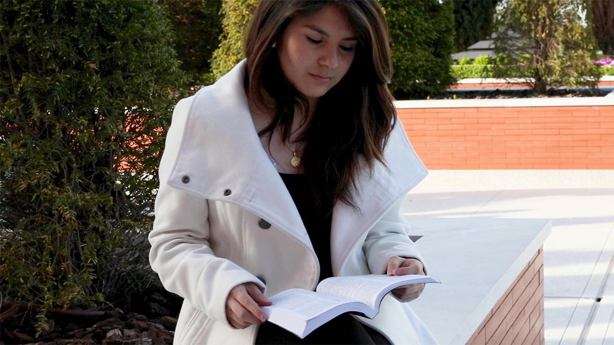 Eine junge Frau liest in den heiligen Schriften