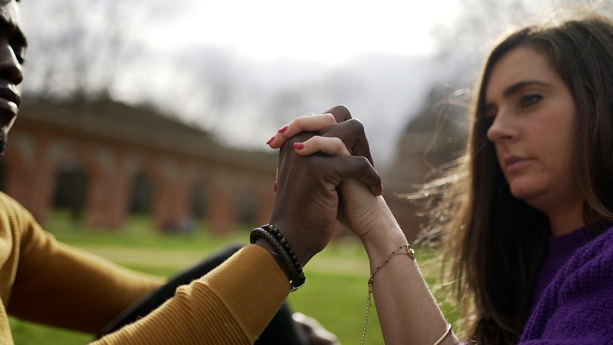 Ein Ehepaar unterschiedlicher ethnischer Herkunft Hand in Hand