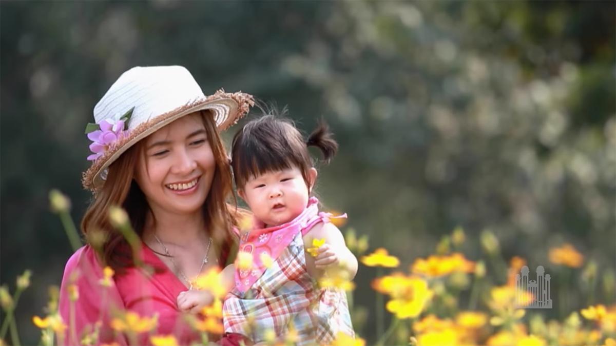 uma mãe e filha num campo de flores