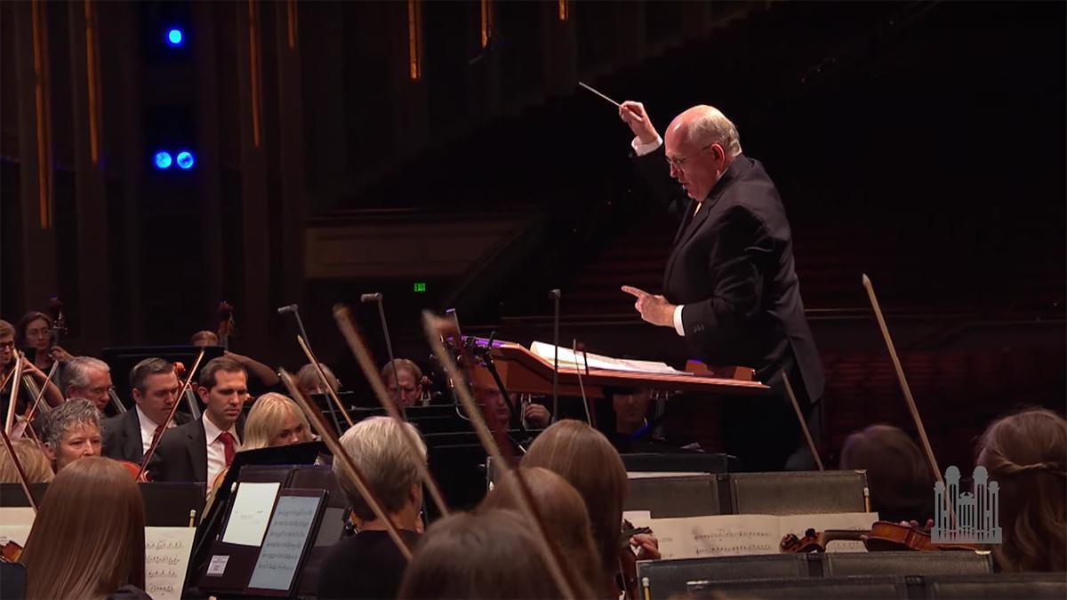 Um regente dirige a orquestra