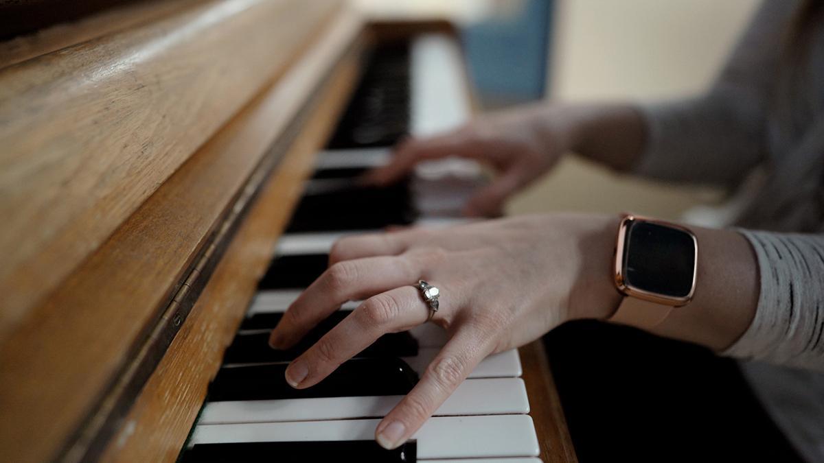 Iemand speelt piano