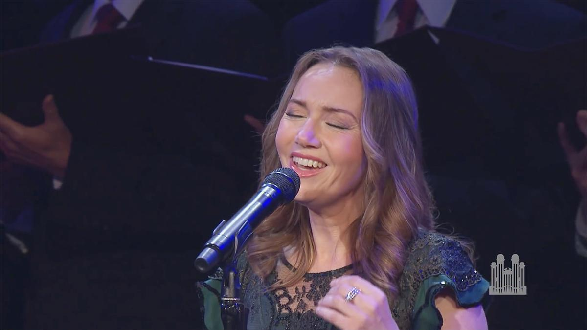 Alexandria Sharpe sjunger med The Tabernacle Choir and Orchestra at Temple Square