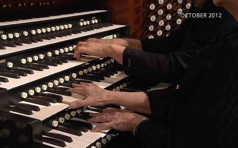to par hænder spille på et orgelklaviatur