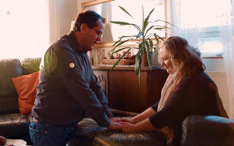 Ein Paar kniet und betet gemeinsam