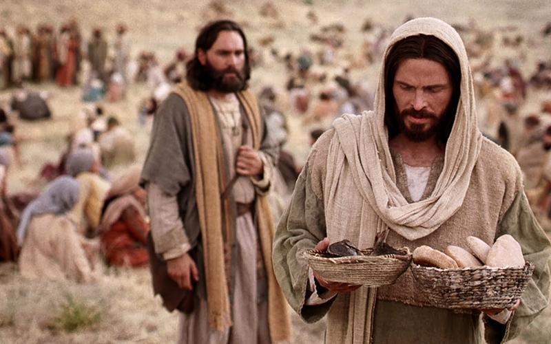 Frelseren som bærer brød og fisker.