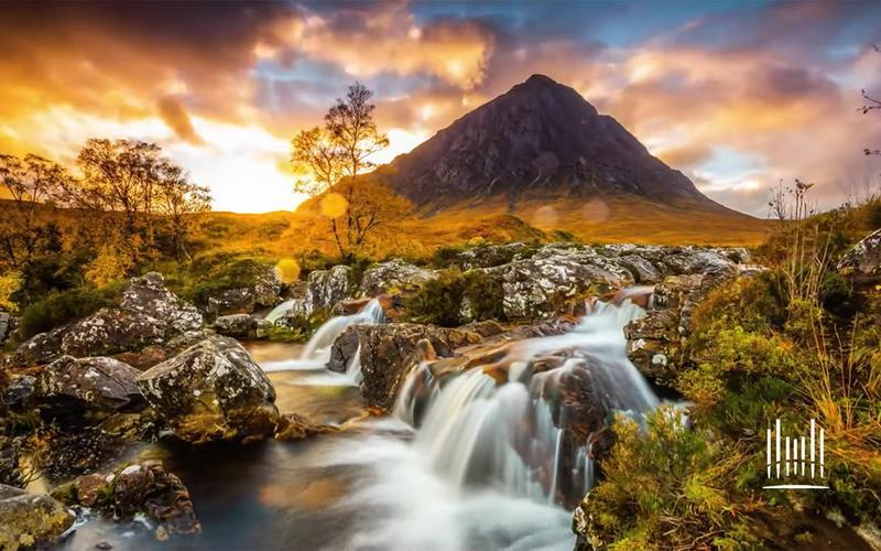 Ein Hügel und ein Fluss bei Sonnenuntergang